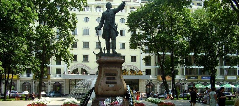 Петровский сквер: солнечные часы, памятник Петру, фонтан