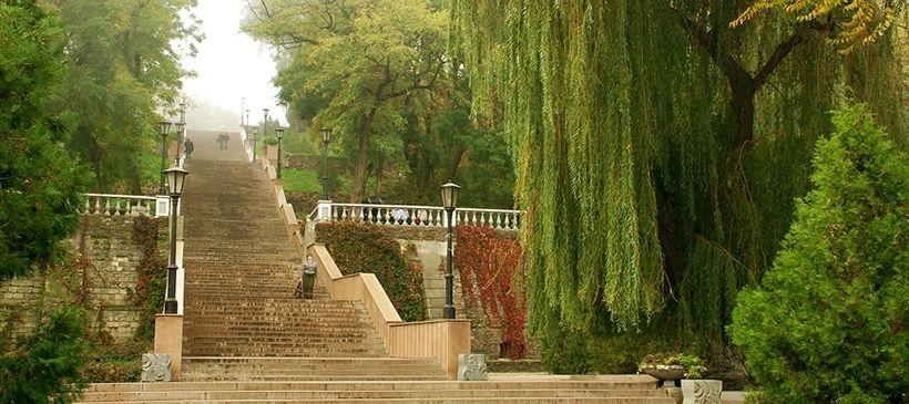 Каменная лестница и солнечные часы