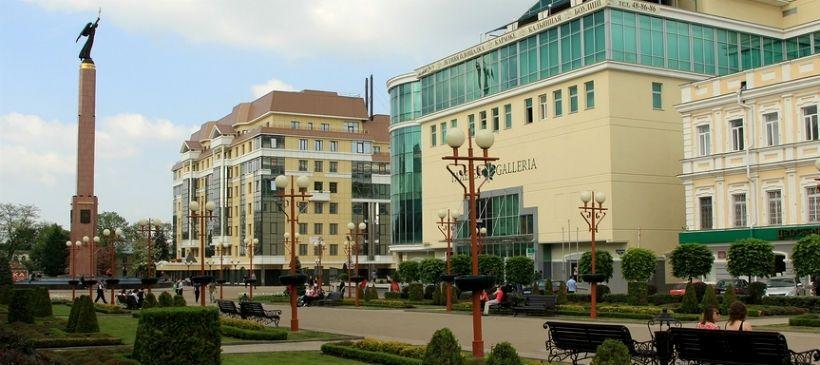 Александровская площадь и монумент Ангел-Хранитель
