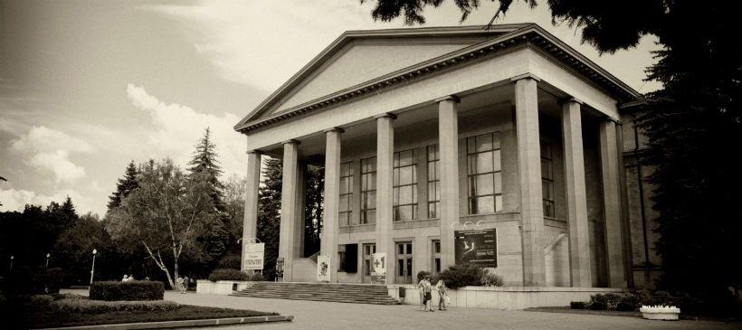 Театральный сквер и Ставропольский Академический Театр Драмы имени М.Ю. Лермонтова