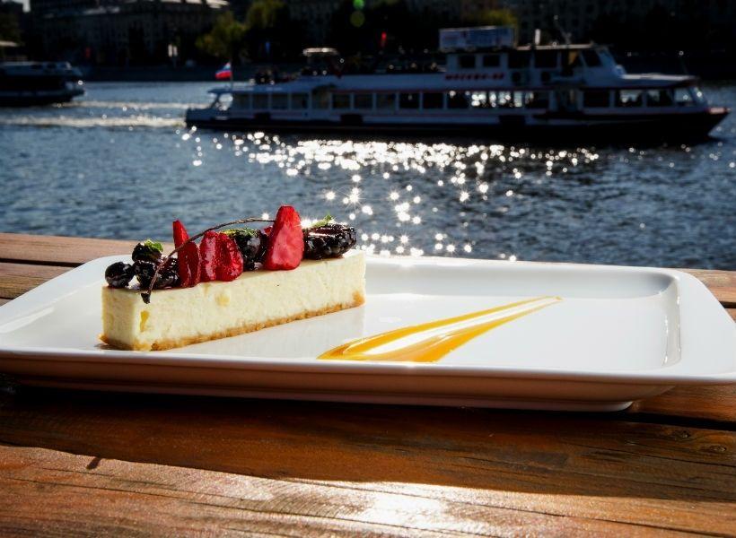 Чизкейк с лесными ягодами в кафе «Оливковый пляж»