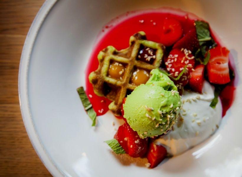 Клубника с мороженым из зеленого горошка в гастробаре «Никуда не едем»