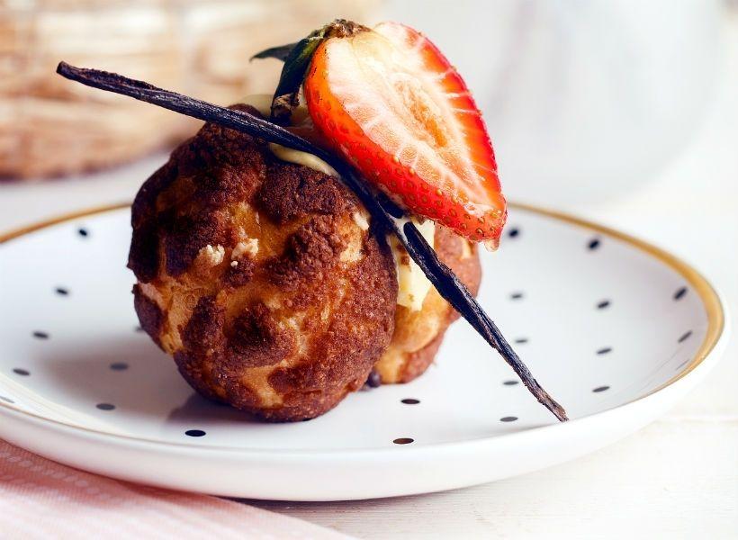 Десерт «Шу с клубникой» в «Пекарне Мишеля»