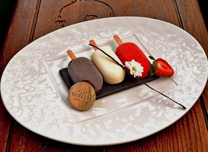 Маленькiя «эскимо» а ля паризиенъ в ресторане «Кафе ПушкинЪ»