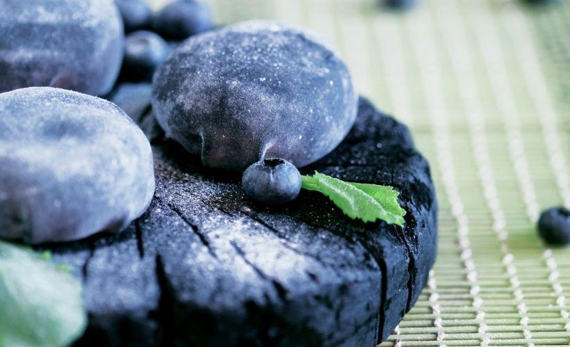 Черные вагаси моти с карамелью и голубикой в ресторане Zodiac
