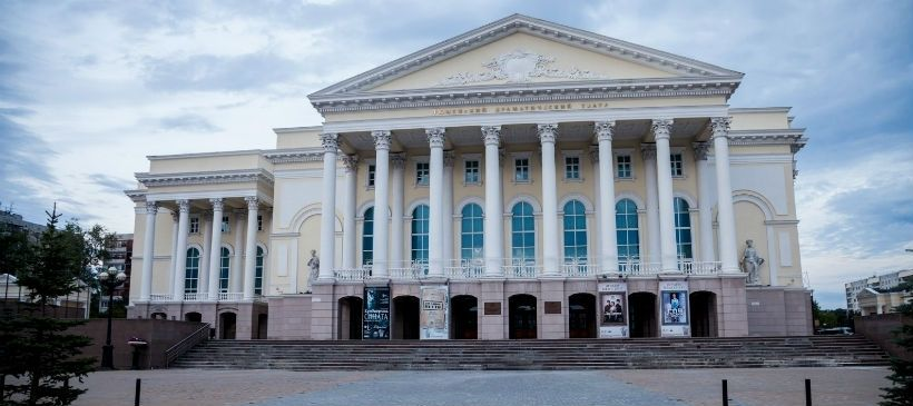 Тюменский драматический театр и площадь 400-летия Тюмени