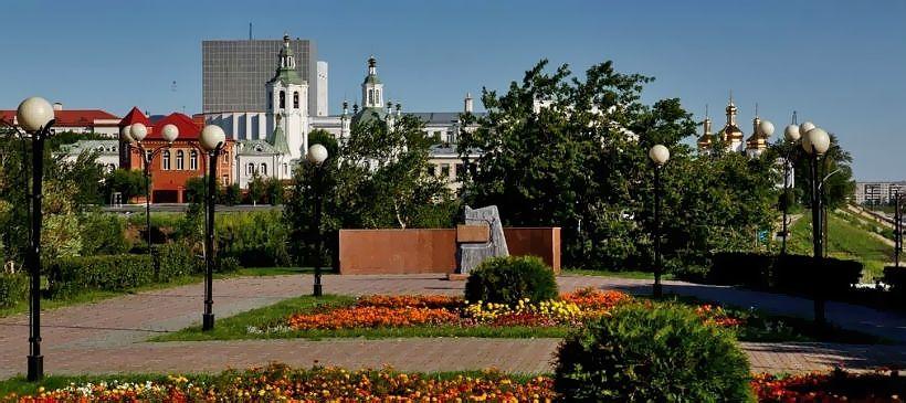 Историческая площадь и камень-памятник в честь основания города