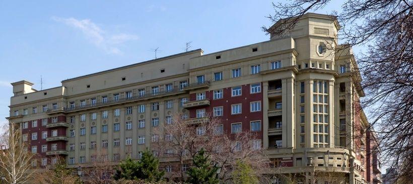 Стоквартирный дом и Памятник светофору