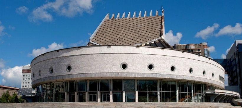 Аллея бардов и Театр Глобус