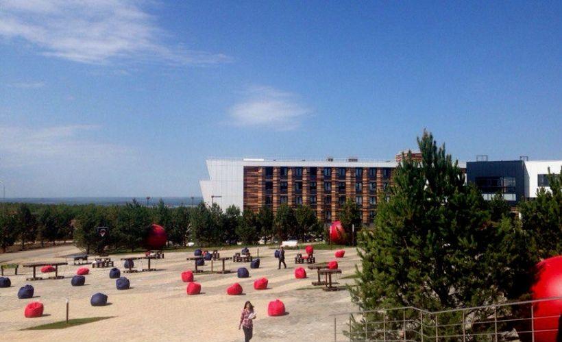 Площадь перед университетом