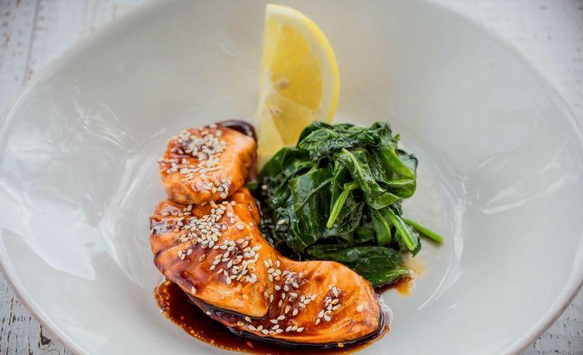 Теплое сашими из лосося в Cafe Del Mar
