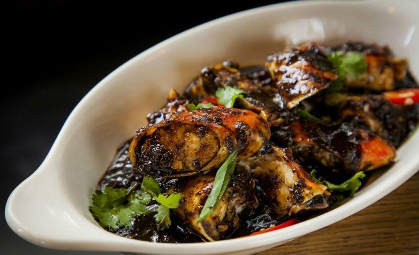 Краб по-сингапурски в Boston Seafood & Bar