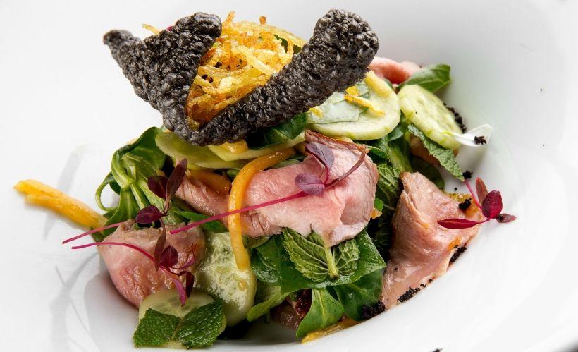 Тайский салат с манго и телятиной в Sixty