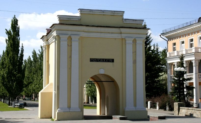Тарские ворота и Здание гауптвахты