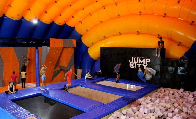 Прыжки на батуте в экстрим-парке Jump City