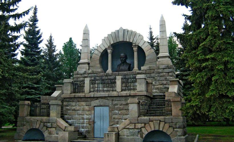 Памятник-мавзолей на Алом поле