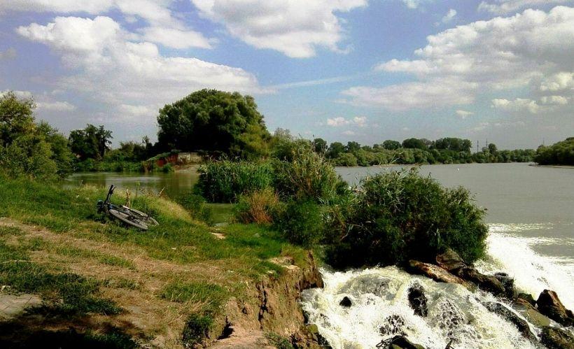 Водопад за парком «Солнечный остров»