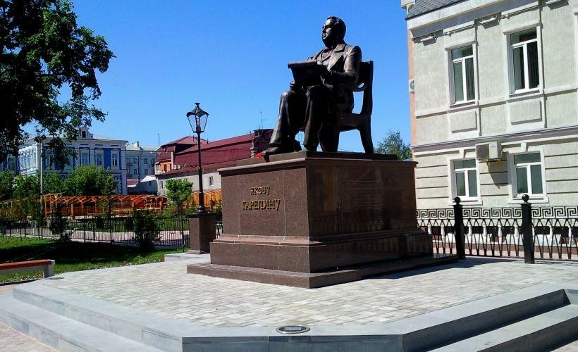 Сквер и памятник Гарелину