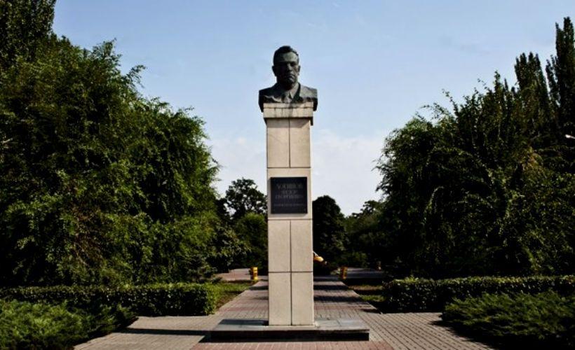 Памятник основателю города Ф. Логинову