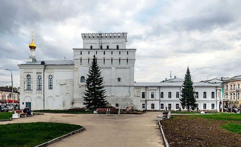 Знаменская башня и Власьевская церковь
