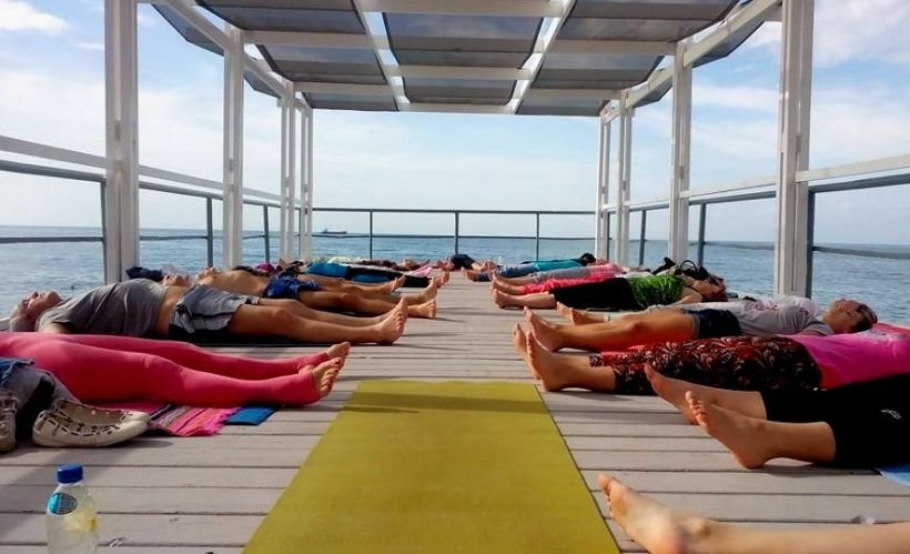 Йога на пляже в Ялте