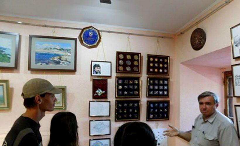 Выставка «История России в уникальных памятных наградах, сувенирных изделиях и спецзнаках» в Керчи