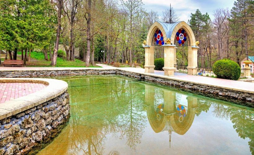 Зеркальный пруд и «Хрустальная струя»