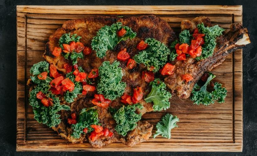 Шницель из телятины на кости с салатом кейл в 800С Contemporary Steak