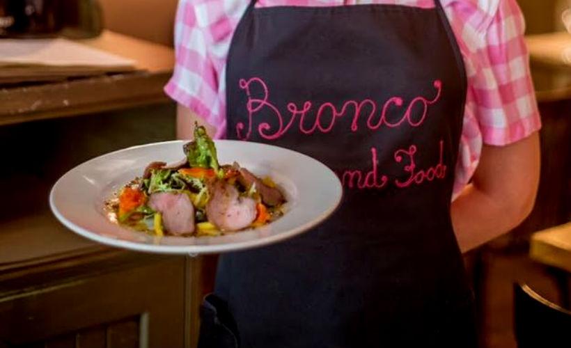 Салат с уткой, манго и апельсинами в Bronco