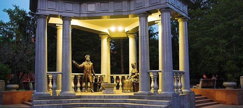Красноярск — памятник Александру Пушкину и Наталье Гончаровой