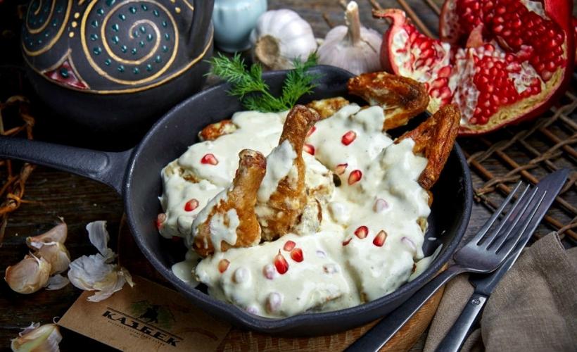 Цыпленок Чкмерули в ресторане «Казбек»