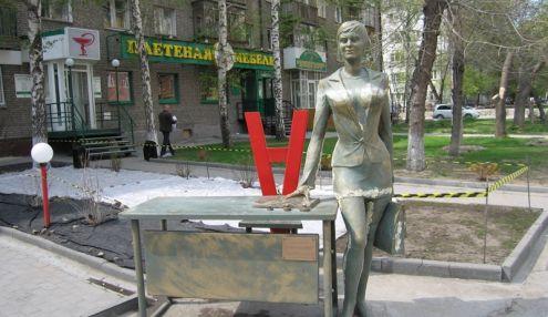 Скульптура «Деловая женщина»