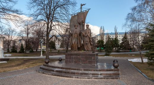 Памятник Благоверным князю Петру и княгине Февронии Муромским