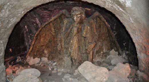 Статуя «Демон»