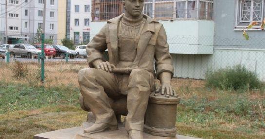 Памятник слесарю-сантехнику